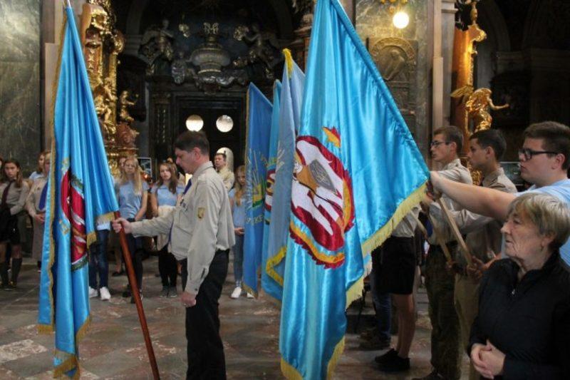 У Гарнізонному храмі Львова освятили та встановили прапор Спілки Української Молоді