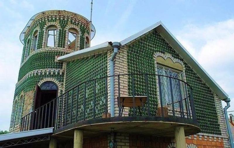 Незвичний будинок з пляшок