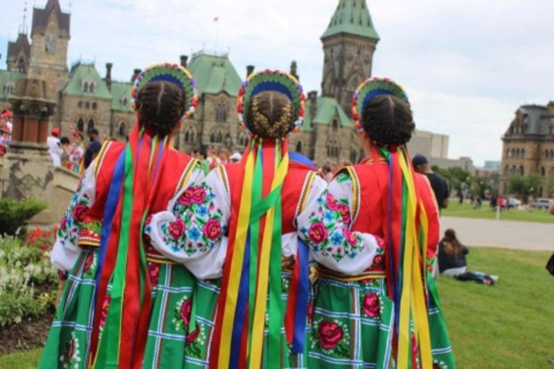Перед парламентом Канади станцювали гопак