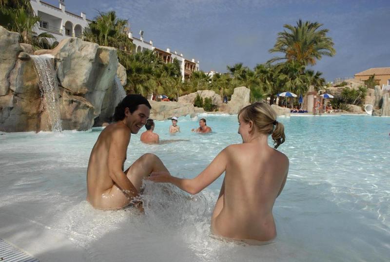 У Барселоні жінкам дозволили купатися топлес