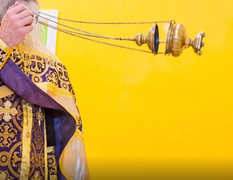 Російський священник намагався вигнати судових приставів кадилом і ладаном