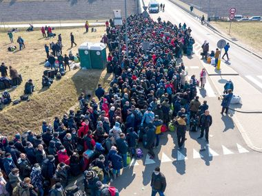 На кордоні між Польщею та Україною зібралися тисячі українців