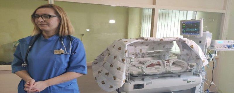 Кювез для немовлят передали членкині Союзу українок Америки