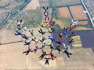 Парашутисти з 12 країн створили у повітрі над Харковом український тризуб