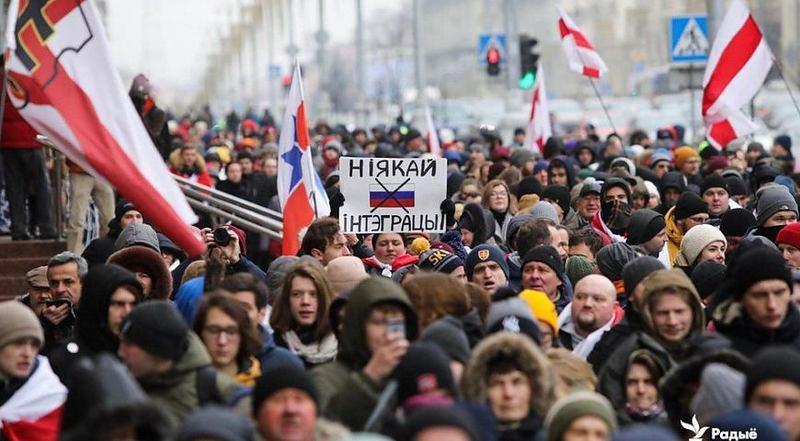 У Мінську проходять масові протести проти інтеграції з РФ