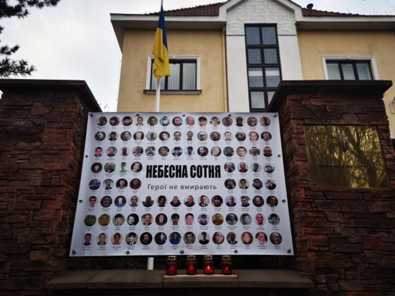 Українські посольства вшановують героїв Небесної сотні