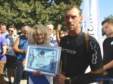 Українець встановив рекорд, пропливши Дніпром 900 км