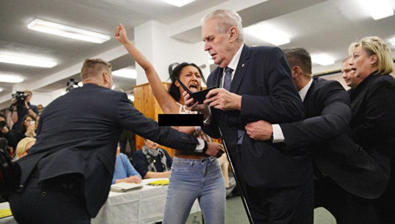Українська активістка Femen накинулась на президента Чехії