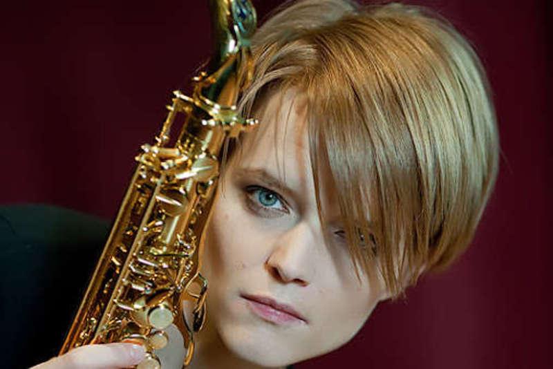 Порушила українське законодавство: Японія не пустила до себе кримську саксофоністку