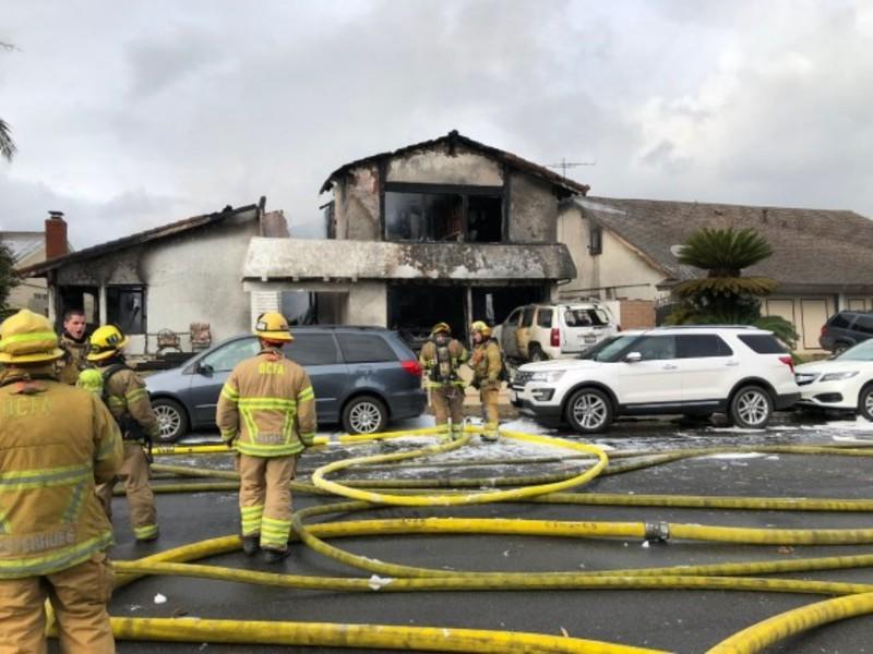 У Каліфорнії літак упав на житловий будинок (відео)