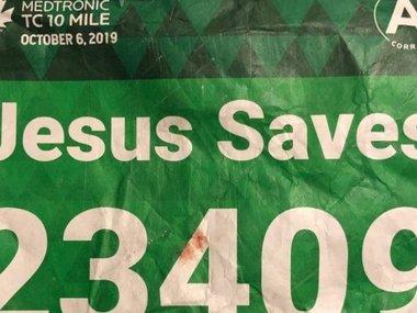 Бігуна з наліпкою «Ісус рятує»  врятував інший бігун на ім'я Ісус