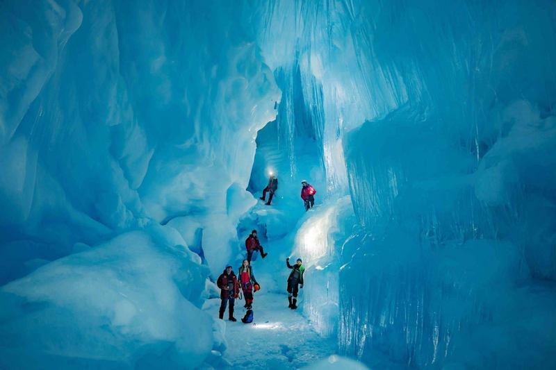 Українські полярники знайшли льодовикову печеру в Антарктиді