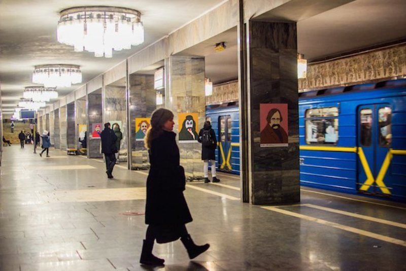 У київському метро Тараса Шевченка показали в образах Бетмена та Термінатора