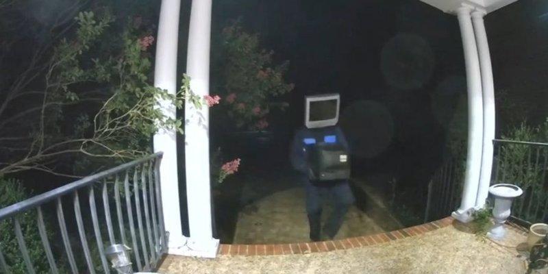 У США чоловік з телевізором на голові ходив по домівках