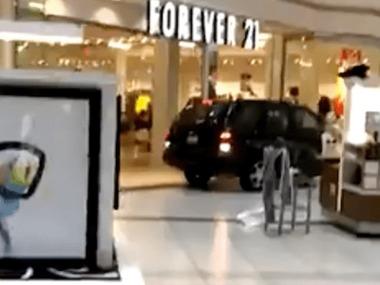 У Чикаго автомобіль в'їхав у торговий центр. Відео