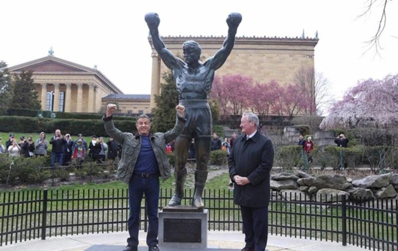 Сталлоне відкрив пам'ятну дошку біля пам'ятника Роккі