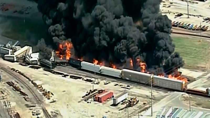 В Іллінойсі зійшов з рейок і загорівся потяг