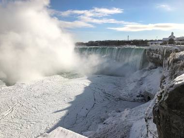 Через люті морози замерз Ніагарський водоспад (відео)