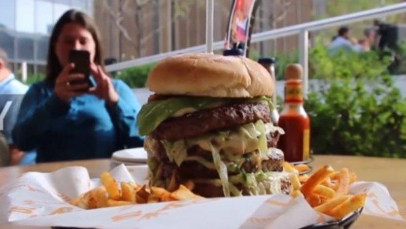 Співробітниць нью-йоркського ресторану звільнили через бургер в честь Путіна